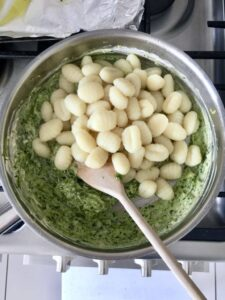 Gnocchi in a pan with leek & pesto mixture