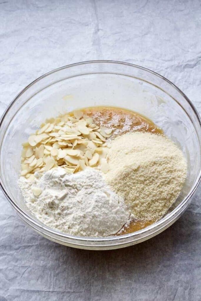 Flour, ground almonds & almond flakes in a bowl.